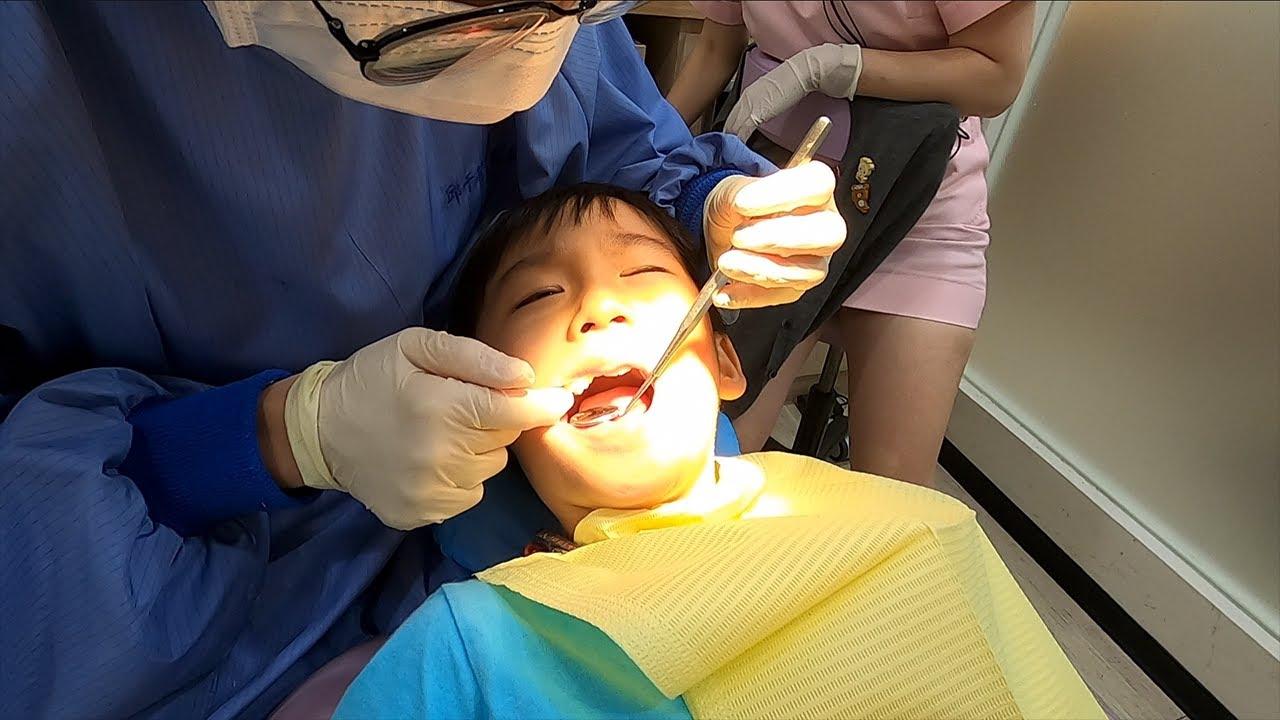 桐桐第一次到牙醫診所看牙+塗氟 - YouTube
