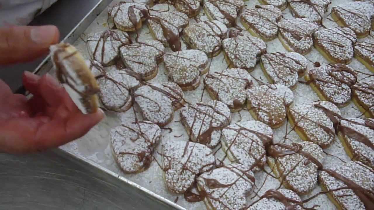 Biscotti di pasta frolla bicolore con cuore di nutella for Ricette di pasta