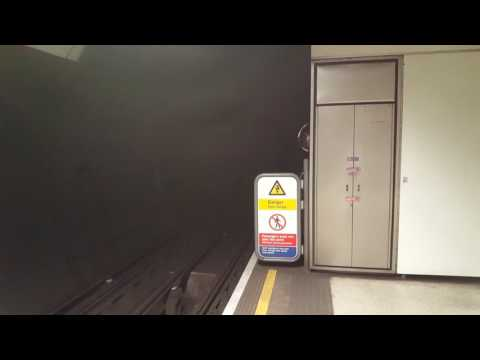 SPOOKY SOUND! Northern line train arrive and depart London Bridge