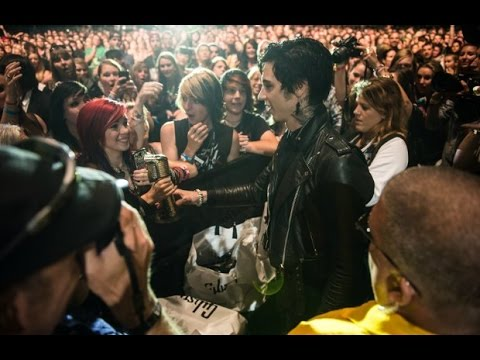 APMAs 2014: Andy Biersack of Black Veil Brides gives his Most Dedicated Fans award to fan