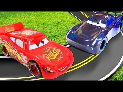 Video Mit Spielzeugautos. Wer Gewinnt Das Rennen? Spielspaß Mit Lightning McQueen