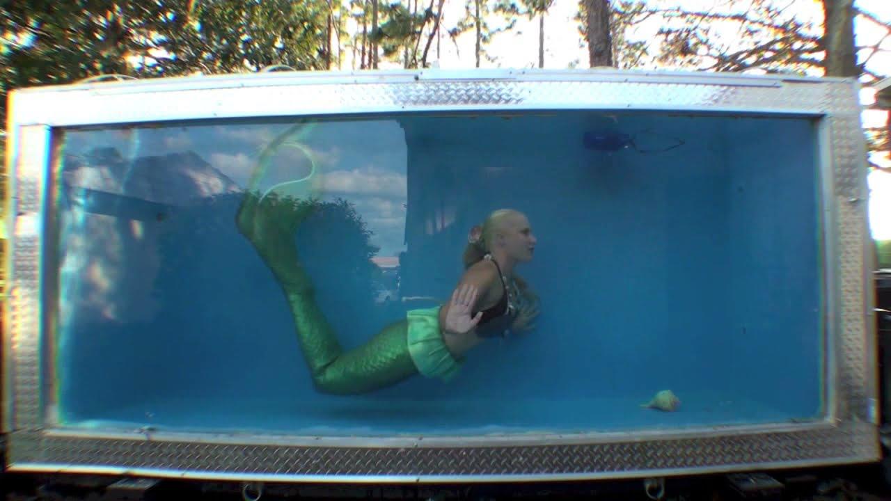 Mermaid melissa underwater breath hold in mermaid tank for Mermaid fish tank