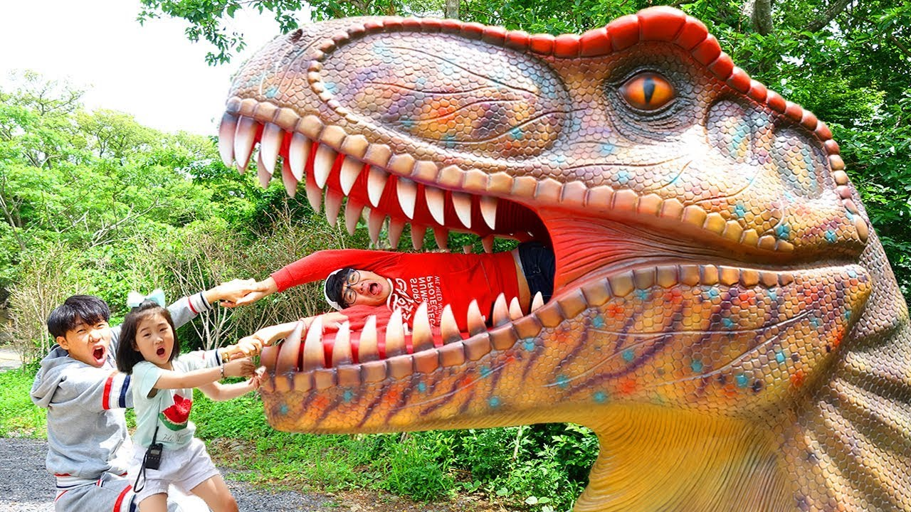 Download Boram naik dan bermain di video taman dinosaurus untuk anak-anak