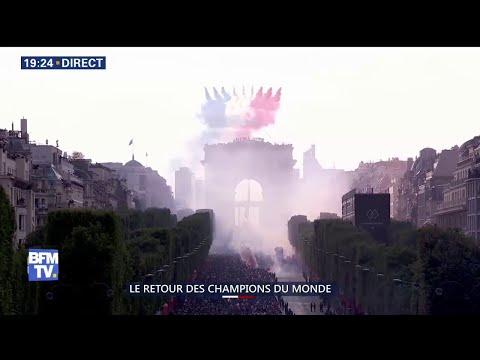 La patrouille de France survole les Champs-Élysées pour accompagner les Bleus