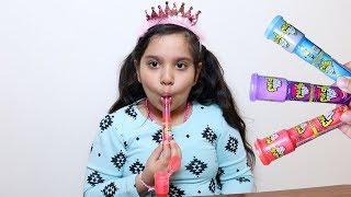طفلة تعلم الألوان مع مصاصات الاصبع !!!!