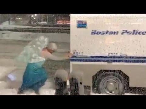 Elsa of 'Frozen' Helps Cops Push Van Stuck in Snow During Nor'Easter