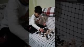 Mert abisi ile satranç  oynuyor