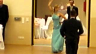 Необычное появление жениха и невесты на свадьбе