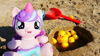 Поняня - Строим бассейн для уточек на пляже. Видео для детей