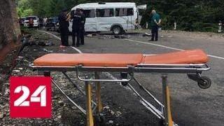 Появилось видео с места падения экскурсионного автобуса в овраг в Грузии - Россия 24