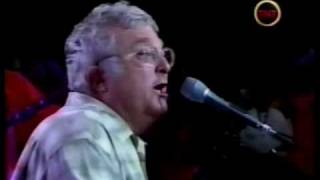 Randy Newman sings i love L.A. at 2002 Laker ring ceremony.wmv