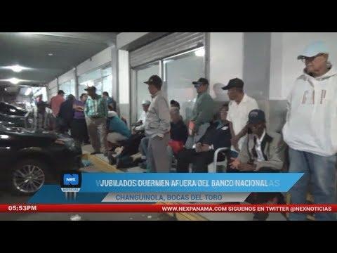 Jubilados duermen afuera del Banco Nacional en Bocas del Toro