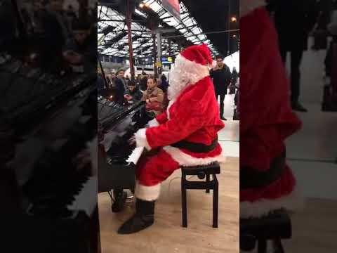 Le Père Noël joue du piano à la gare de Lyon
