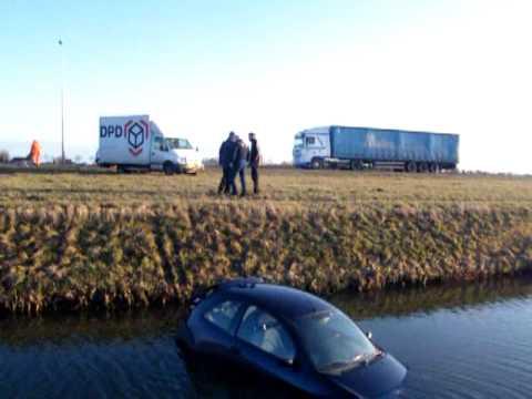Auto te water op de N302 ter hoogte van Westwoud