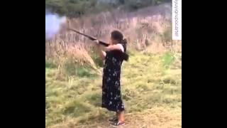 abuela disparando rifle