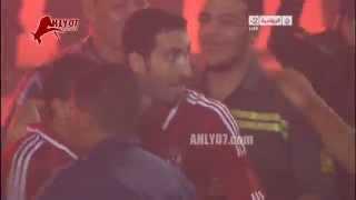 Download Video شاهد الساحر محمد أبو تريكة يودع جمهور الأهلي من الملعب ليعلن اعتزاله كرة القدم MP3 3GP MP4