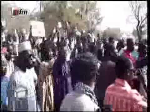 Arrivée des Thiantacounes au bureau de vote de Wade (point E) - 2nd tour #sunu2012
