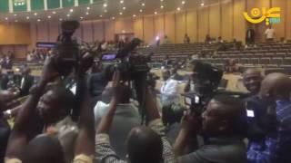 بعد نهاية حياتو.. الأفارقة يحملون رئيسهم الجديد عالياًشاركنا برأيك