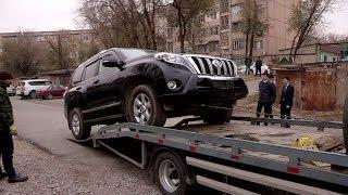 За неоплаченный налог в Шымкенте автомобиль эвакуируют на штрафстоянку