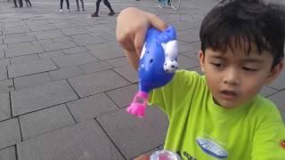 mainan anak   main bubble di kota tua   pistol balon sabun