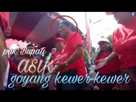 Pak Bupati Sahri Mulyo Joget Kewer2 Dengan Peserta Karnaval Di Desa Bendiljati Kulon 2017
