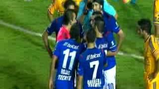 Expulsión de Joao Rojas en duelo entre Tigres y Cruz Azul