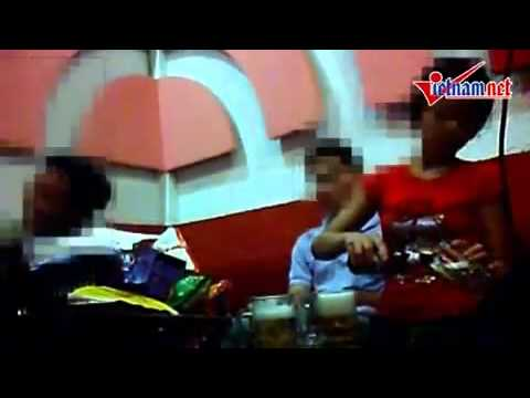 Chong may di Karaoke om la nhu the nay, tay nay no om di tay kia no cam dt noi chuyen voi may.