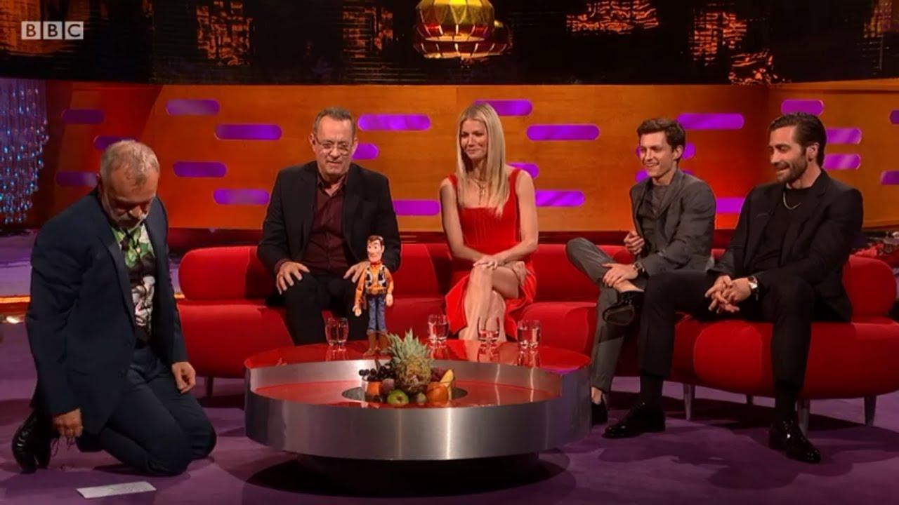 """Sambil Lirik Tom Holland yang Lahir 1996, Tom Hanks Emosi Harus Bilang Dadah pada """"Woody"""""""