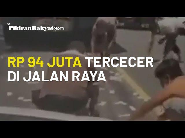 Viral Video Warga Punguti Uang yang Tercecer di Jalan Raya di Bali, Jumlahnya Capai 94 Juta Rupiah!