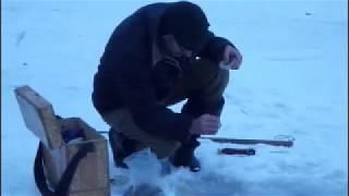 Зимняя рыбалка на реке у водопада