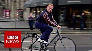 Arnold Schwarzenegger cycles wrong way down Edinburgh street - BBC News