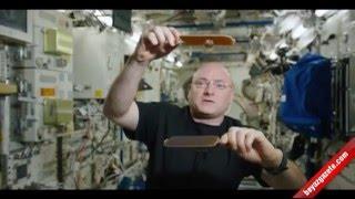Su damlasiyla pinpon oynayan astronot