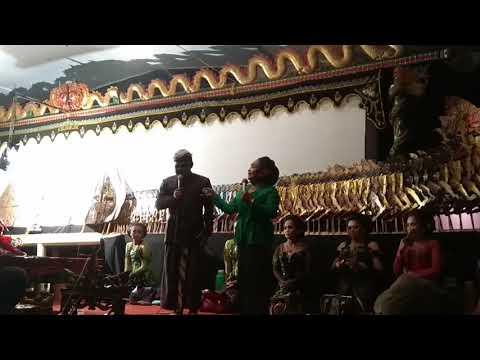 Dagelan khas Banyumasan Suliyah vs Bagong di pagelaran wayang kulit ki dalang Muji siswocarito