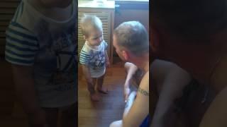 Серьезный разговор папы с годовалым сыном!!!