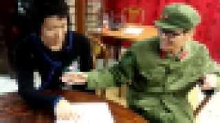 人民服とチャイナドレスを着て、某中華料理店にて ラーメンを食べる2人...