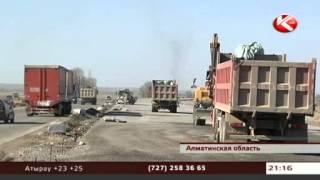 Автобан на трассе Алматы -- Астана преградил въезд в поселок