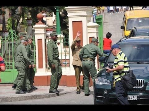 Raúl Castro recorre Santiago de Cuba ante llegada de huracán Matthew
