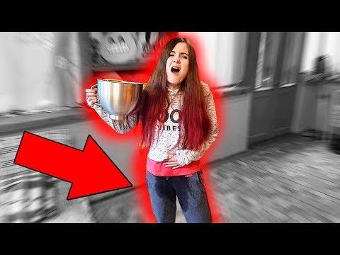 Смотреть как девка описалась в трусы видео