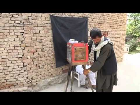 "How to use an Afghan box camera ""kamra-e-faoree"""