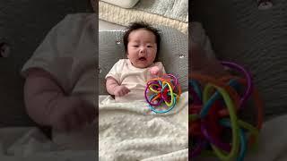 재채기하는 2개월 아기