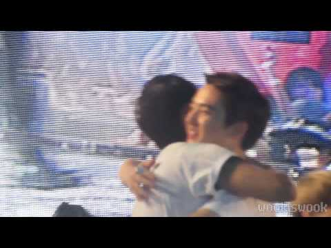 121123 SMTOWN SG - Ryeowook & D.O Hug :)
