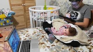 Милый младенец смотрит фильм. Мама поймала младенца.