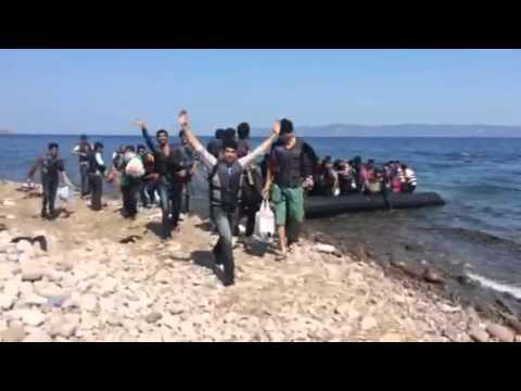 Vidéo exclusive: Des migrants débarquent en Grèce sur l'ile de Lesbos