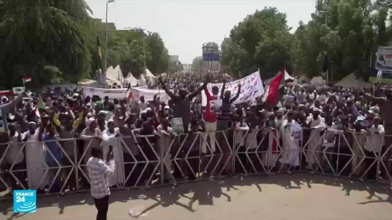 السودان.. مخاوف من صدامات بين متظاهرين مناهضين للحكومة المدنية وآخرين داعمين لها  - 15:55-2021 / 10 / 22