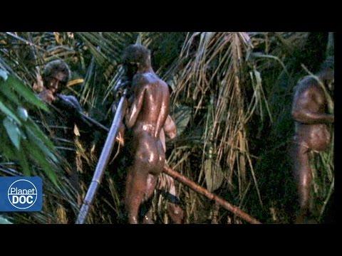 Adolescente africano desnudo y erecto