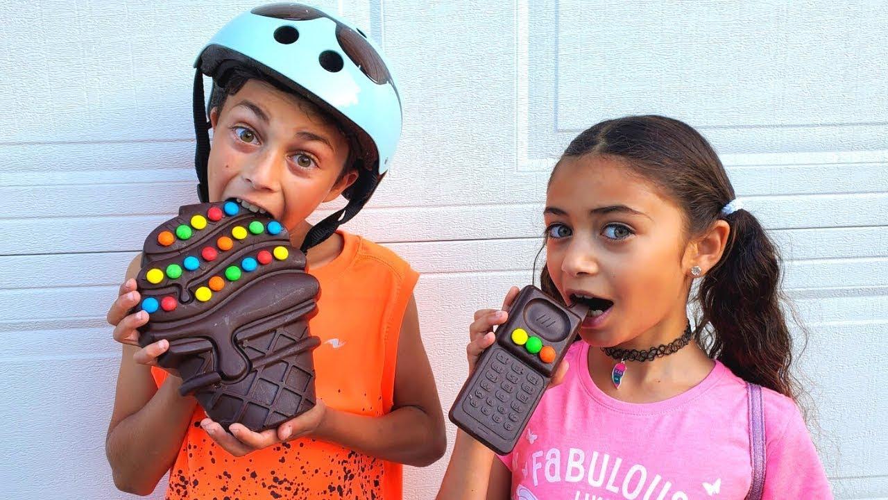 Download Heidi y Zidane juegan a challenge de chocolate con papá.Desafío de dulces.