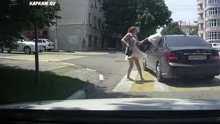 Драка девушек на пешеходном переходе. Забавно.