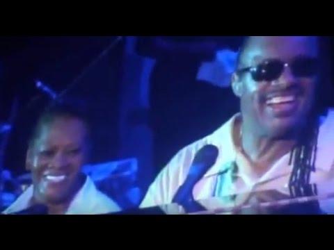 "Stevie Wonder, Dionne Warwick Sing ""Walk On By"""