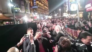 Роналду делает селфи с фанатами на премьере своего фильма(, 2015-11-09T22:00:52.000Z)
