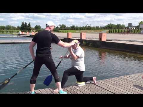 Гребля на каноэ. Пробует новичок. Newcomer is trying canoe